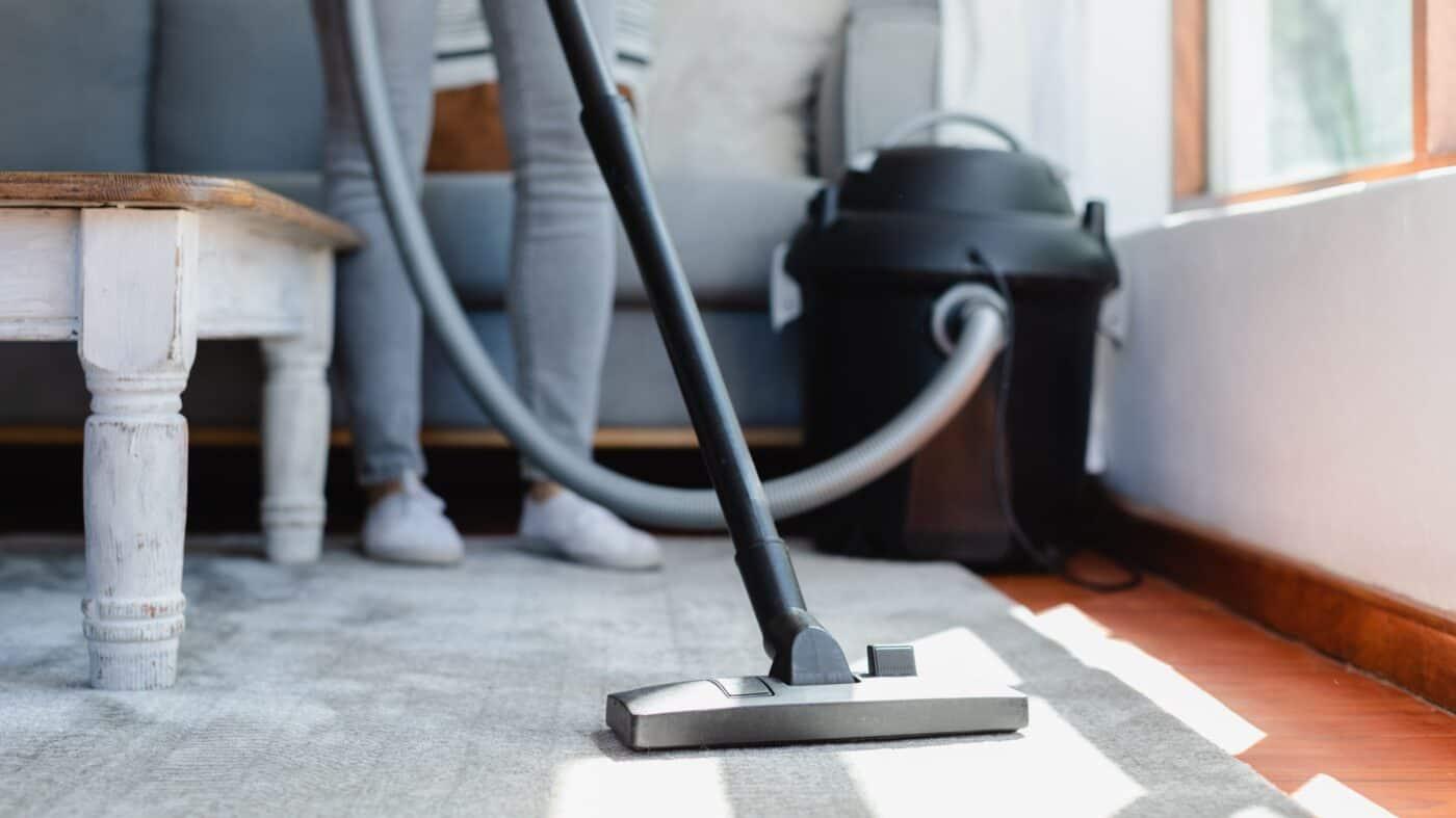 right way to vacuum your carpet 2908791 Hero b8ab0364f6e5487ca1907b152d054b63